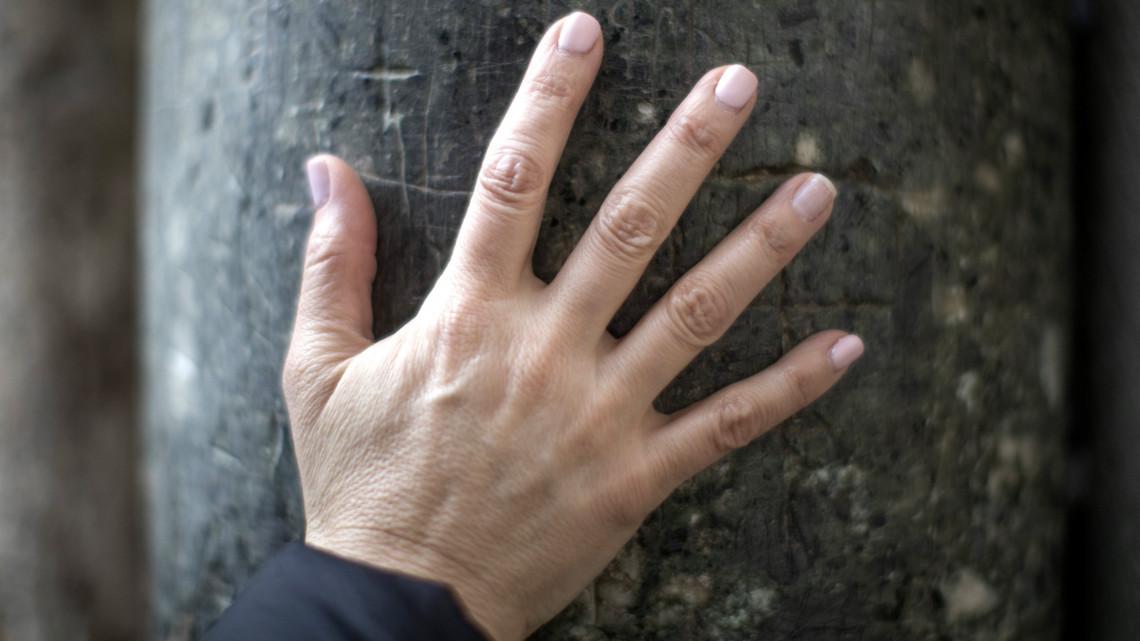 vörös pikkelyes foltok a kezeken az ujjak között