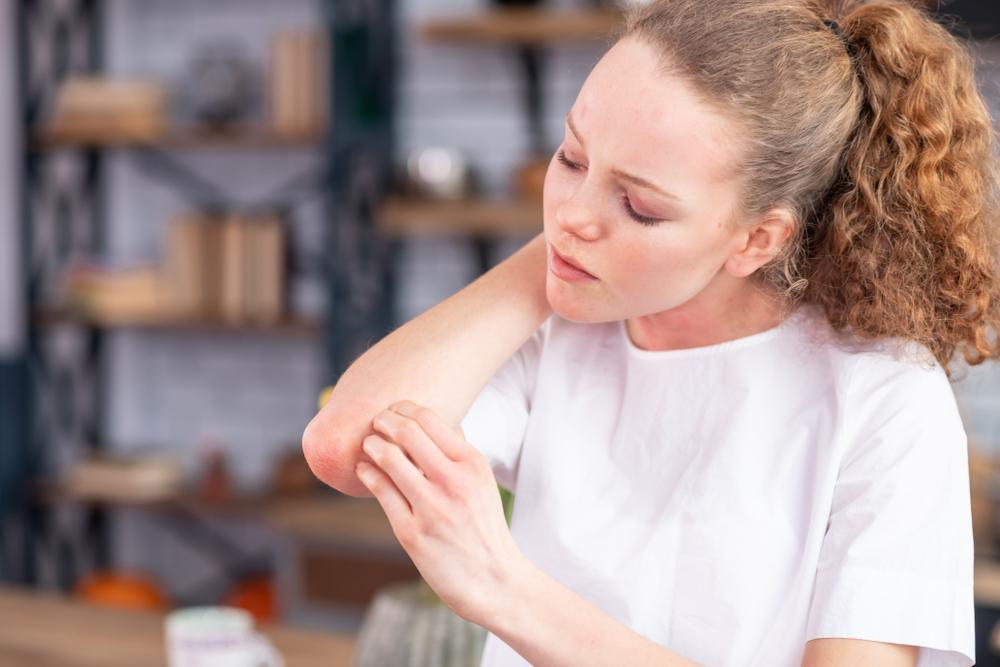 hogyan lehet gyógyítani a pikkelysömör kiütését vörös pattanásokhoz hasonló foltok az arcon