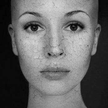 Miért jelennek meg a nők és férfiak vörös foltok a fején??